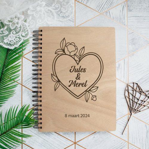 bruiloft-decoratie-gastenboek-hout-bloemen-hart-gepersonaliseerd