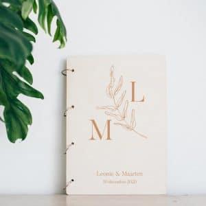 bruiloft-decoratie-gastenboek-hout-initialen-botanisch-gepersonaliseerd