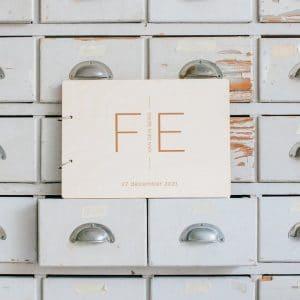bruiloft-decoratie-gastenboek-hout-initialen-modern-gepersonaliseerd