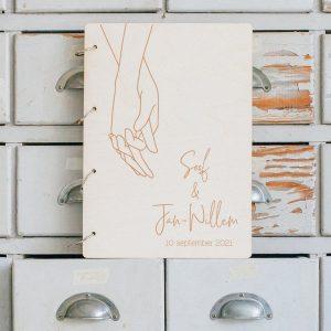 bruiloft-decoratie-gastenboek-hout-loving-hands-gepersonaliseerd