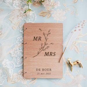 bruiloft-decoratie-gastenboek-hout-mr-mrs-botanisch-gepersonaliseerd
